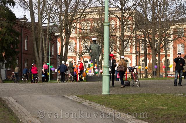 Vappu Sibelius puistossa - Markus Kauppinen