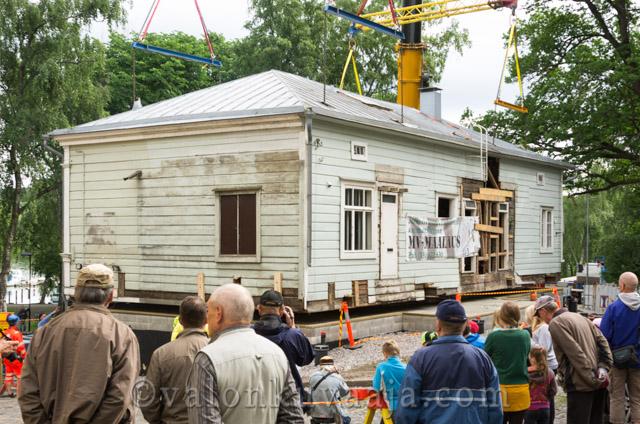 Vanhan rakennuksen siirto Hämeenlinnassa. Valokuvaaja: Markus Kauppinen
