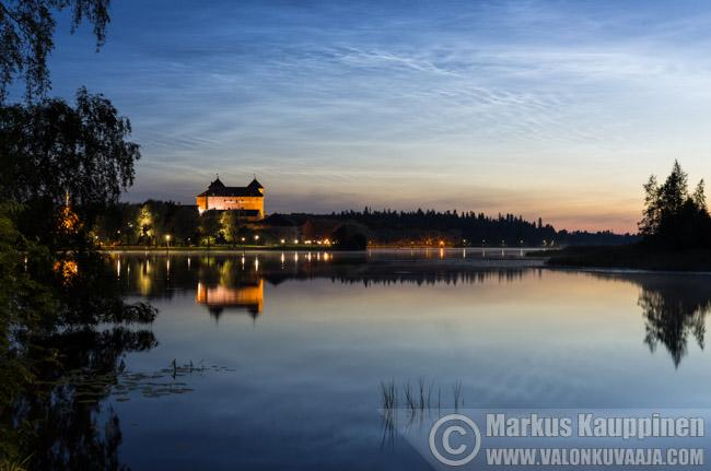 Valaisevat yöpilvet Hämeenlinnan yllä. Valokuvaaja: Markus Kauppinen