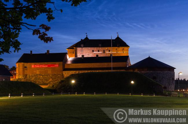Valaisevat yöpilvet Hämeen linnan yllä. Valokuvaaja: Markus Kauppinen