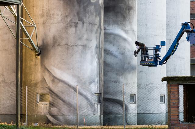 Guido van Helten viimeistelemässä muraaliaan. Valokuvaaja: Markus Kauppinen