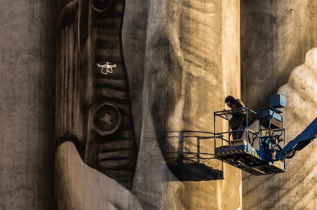 Guido van Helten Kantolan muraalia maalaamassa. Valokuvaaja: Markus Kauppinen